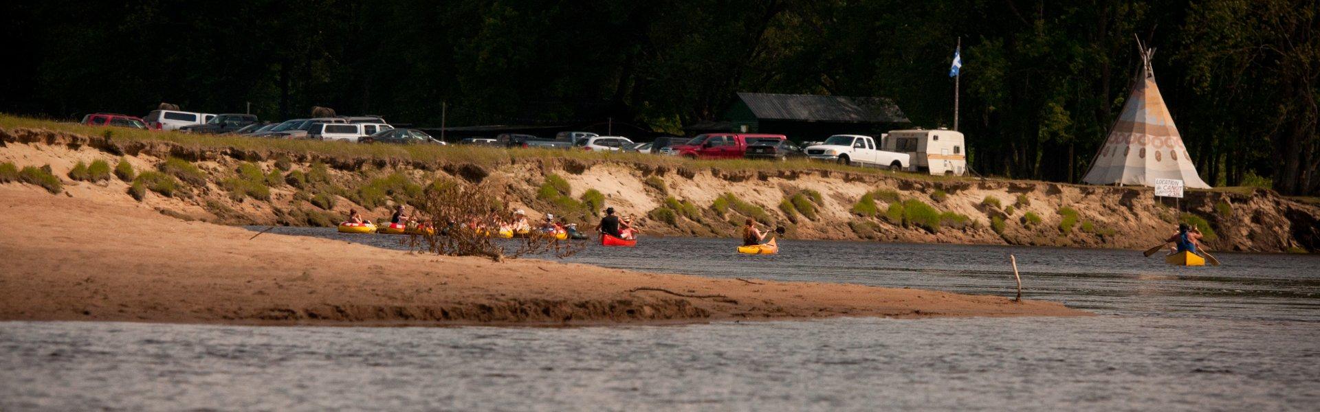 Arrivée en canot et kayak au poste d'accueil sur la rivière Rouge