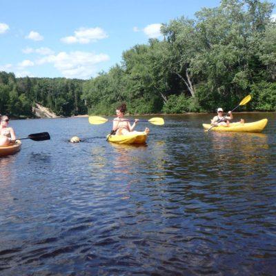 Kayak en groupe sur la rivière Rouge en famille