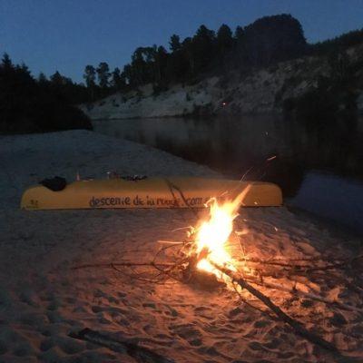 Camping sur le long de la rivière Rouge