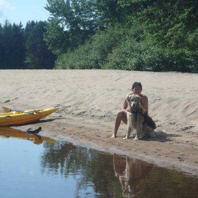 Pause le long de la rivière Rouge avec son chien