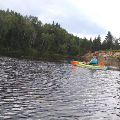 En kayak sur la rivière Rouge