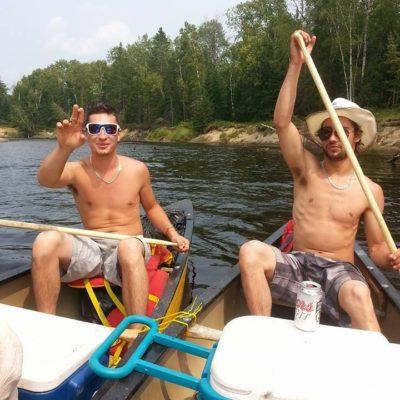 Gang de gars descendent la rivière Rouge en canot