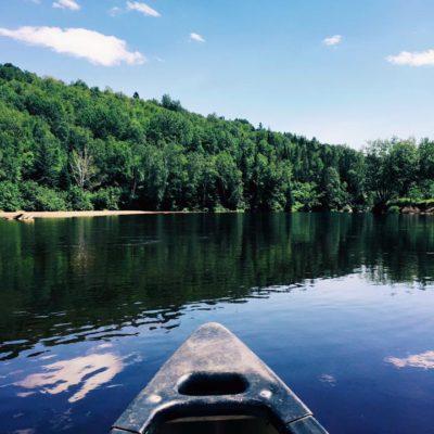 Paysage en canot sur la rivière Rouge